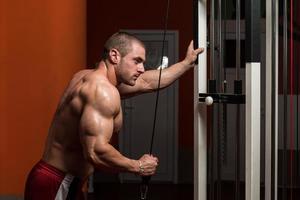 kroppsbyggare tränar triceps foto