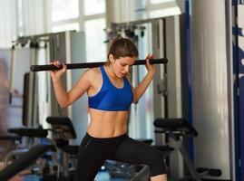 kvinna som tränar i gymmet foto