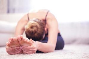 kvinna gör stretchövningar foto