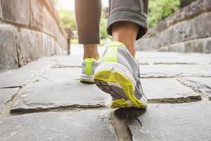 kvinna går på spår utomhus jogging träning foto