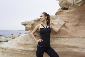 sportiga kvinnor tar paus efter träning utomhus foto