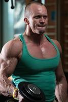 ung man som tränar i en hälsoklubb foto
