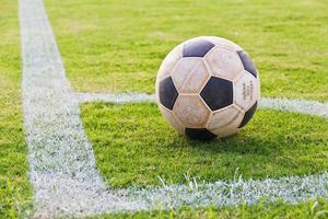 gammal fotboll i hörnet foto