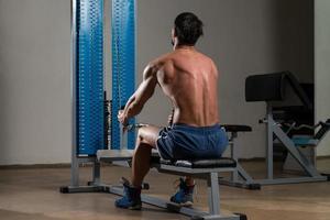 fitnessidrottare som gör övning med tung vikt för ryggen foto
