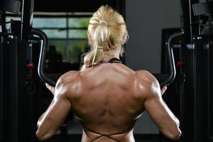 ung kvinna som gör tungvård mot rygg foto