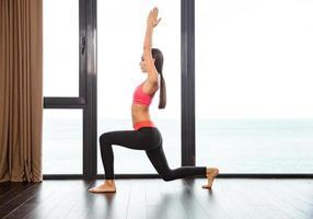 sportkvinna som gör yogaövningar i gymmet foto
