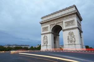 arc de triomphe i Paris på kvällen foto