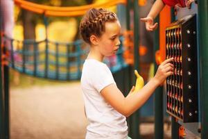 kaukasisk flicka på lekplats foto