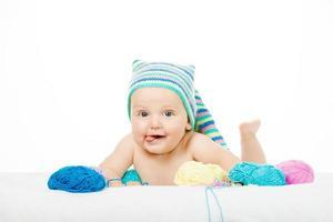 kaukasiska söta pojke i rolig färgglad hatt foto