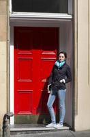 snygg kaukasisk affärskvinna i staden. foto