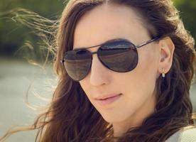 ung kaukasisk kvinnastående med kopieringsutrymme. foto