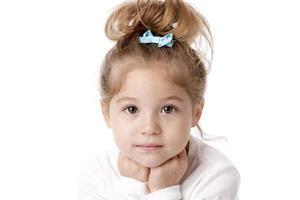 riktiga människor: huvud axlar kaukasiska leende liten flicka foto