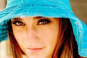 porträtt av en vacker tonårs kaukasisk tjej med hatten foto