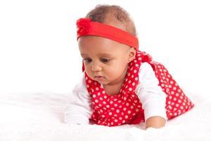 porträtt av lilla afrikansk amerikan liten flicka som spelar - svart foto