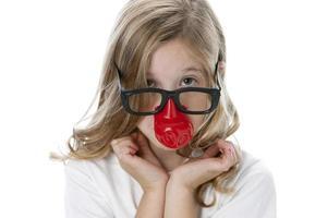 riktiga människor: huvud axlar kaukasiska liten flicka dumma glasögon foto