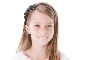 riktiga människor: le kaukasiska lilla flickor bågen genomborrade öron foto