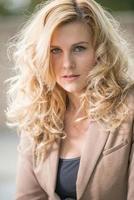 ganska attraktiv blond kaukasisk affärskvinna i tjugoårsåldern foto