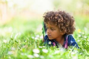 söt afroamerikansk liten pojke som spelar utomhus - svarta människor foto