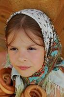 härlig kaukasisk ryska liten flicka på sommaren foto