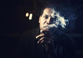man röker en cigarr foto