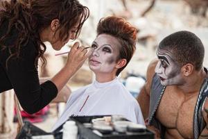 makeupartist som arbetar på scenen foto