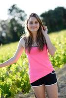 fitness sport hälsosam glad ung kvinna kör utomhus landskap foto