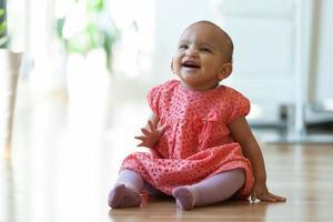 porträtt av lilla afrikansk amerikan liten flicka sitter foto