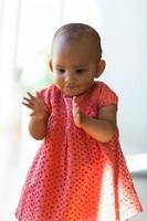 porträtt av lilla afrikanska amerikanska lilla flickan som ler - svart foto