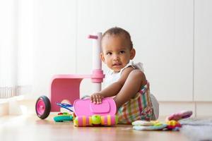 porträtt av lilla afrikanska amerikanska lilla flickan som spelar foto