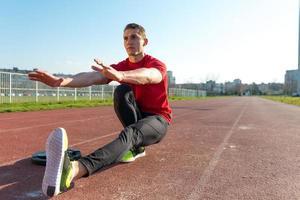idrottare värmer och sträcker foto