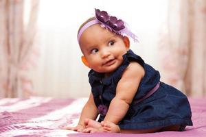 förtjusande liten afrikansk amerikanflicka som ser foto