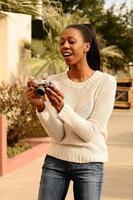 afroamerikansk kvinna förvånad över sitt foto
