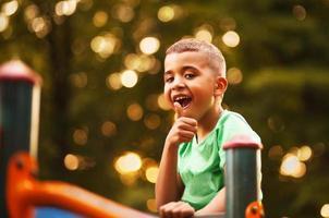 afro amerikansk pojke på lekplatsen foto