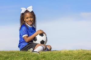 ung afrikansk amerikan flicka fotbollsspelare foto