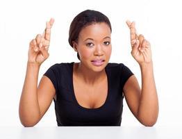 afroamerikansk kvinna med korsade fingrar foto