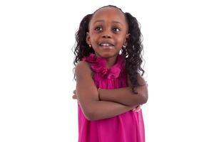 lilla afroamerikanska flickan med vikta armar - svarta människor foto