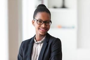 porträtt av en ung afrikansk amerikansk affärskvinna foto