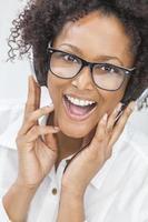 afrikansk amerikansk tjejkvinna lyssnar på hörlurar foto