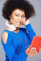 vacker afroamerikansk kvinna med sin musik foto