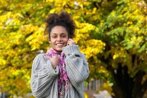 vacker afrikansk amerikansk kvinna som ler i höst foto