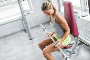 ung kvinna utbildning i gymmet foto
