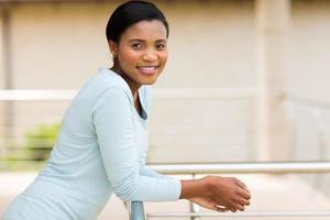 ung afroamerikansk kvinna avkopplande på balkongen foto