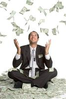 kontanter som faller på mannen foto