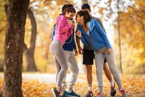 grupp vänner som kopplar av i parken foto