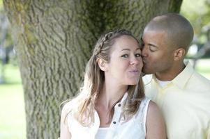 glada unga interracial par foto