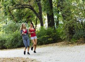atletiska kvinnor som joggar i naturen foto