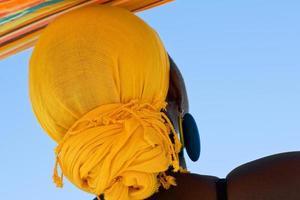 afrikansk kvinna med gul huvudduk foto