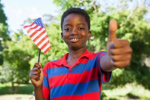 liten pojke viftande amerikanska flaggan foto