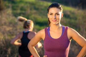 porträtt löpare jogger idrottsman underbar attraktiv kvinna utomhus träning passform foto