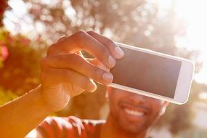 man på semester tar selfie med mobiltelefon foto